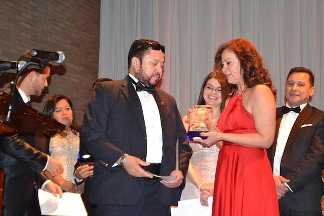 El primer presidente de la Cámara de Comercio Salvadoreña Americana, Oscar Amaya, recibió reconocimiento por impulsar el proyecto hace 15 años.
