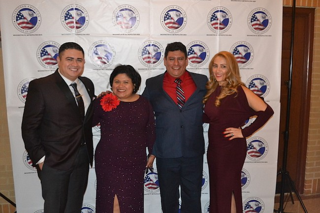 La directora de la Oficina del Alcalde para Asuntos Latinos, Jackie Reyes junto a Danny Amaya, de Onoria Consulting, y Nelson y Evelyn Zepeda, de Tremendo Towing.