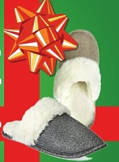 Pantuflas - En la temporada fría, no hay quien no ande con pantuflas en la casa. Seguramente serán bien apreciadas en la medida en que sean cómodas, calientes y bonitas, como estas que están a la venta en Macy's, que vienen en colores metálicos como cobre, oro y plateado, que están muy de moda. A la venta en Macy's $14.99