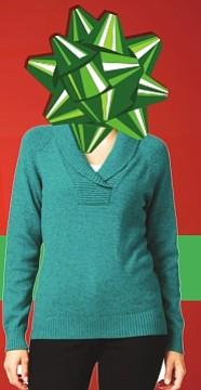 Suéter - Es el acompañante ideal de la temporada. Ese suéter clásico, unicolor, que combina con todo, te hace lucir distinta dependiendo de los accesorios que te pongas. Este diseño en particular viene en 7 colores diferentes: verde, azul, crema, rojo, lila, vino y gris. A la venta en Macy's $18.99