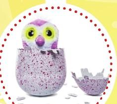 """Hatchimals ($70)  Este juguete consiste en un huevo que esconde dentro un Hatchimal. De momento existen dos razas que son los Pingüinos (Pengualas) y los Dragones (Draggles) y ambos vienen en dos colores diferentes. Estos seres mágicos que se esconden dentro del huevo son altamente interactivos y tienen tres etapas de desarrollo en las cuales tienes que cuidarlos encubándolos y ayudarles a salir del cascarón. Una vez fuera de él debes seguir cuidándolo y ayudándolo a formarse, el Hatchimal aprende de ti y formará un carácter en función de cómo lo cuides. Es posible """"resetearlo"""" para volver a su estado inicial aunque no se puede volver a meter en el huevo una vez que ha salido de él. Es también posible que en un futuro se vendan huevos """"vacíos"""" para poder volver a meter a tu Hatchimal dentro y reutilizarlo."""