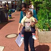 Una mujer carga a su hijo durante la campaña a favor de la Ley de Permiso de Trabajo Remunerado en el Distrito de Columbia.