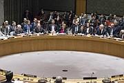 Samantha Power (arriba en el centro), Embajadora de Estados Unidos ante la ONU, señala la abstención de su país en la votación.