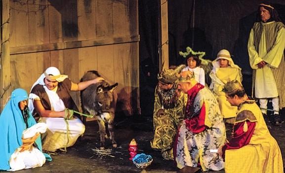 Los Tres Reyes Magos presentan sus ofrendas de oro, incienso y mirra al Niño Jesús.
