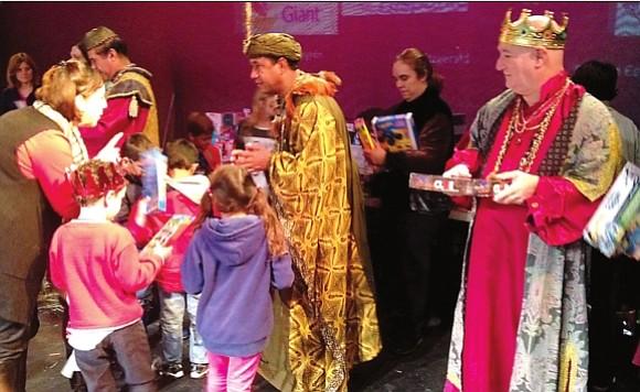 Todos los niños reciben un regalo de los Reyes Magos en el Teatro Gala.