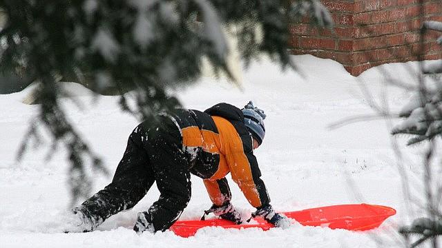 Un niño jugando en la nieve