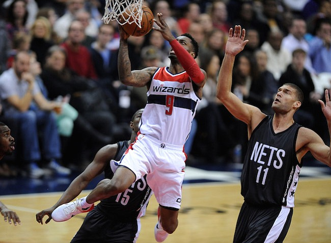 Washington D.C. -December 30, 2016: Sheldon McClellan de los Washington Wizards se eleva con el balon para anotar en la canasta contra Brook Lopez de los Brooklyn Nets. Los Washington Wizards derrotaron a los Brooklyn Nets 118-95 en un partido de la temporada regular en la arena de el Verizon Center.