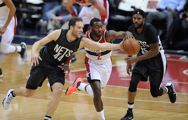 Washington D.C. -December 30, 2016: John Wall de los Washington Wizards pelea por el balon contra Bojan Bogdanovic de los Brooklyn Nets. Los Washington Wizards derrotaron a los Brooklyn Nets 118-95 en un partido de la temporada regular en la arena de el Verizon Center.