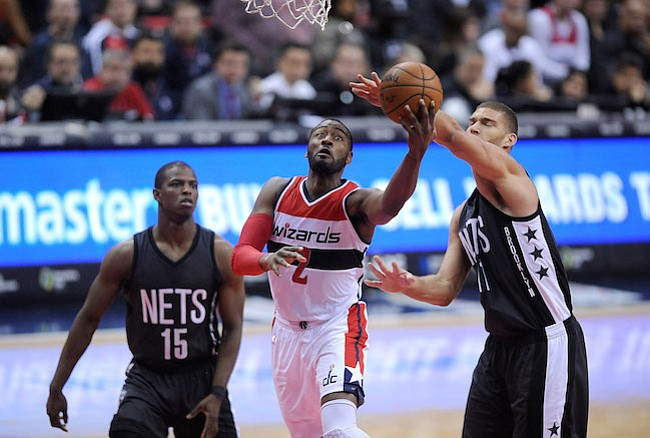 Washington D.C. -December 30, 2016: John Wall de los Washington Wizards se eleva con el balon para anotar en la canasta contra Brook Lopez de los Brooklyn Nets. Los Washington Wizards derrotaron a los Brooklyn Nets 118-95 en un partido de la temporada regular en la arena de el Verizon Center.