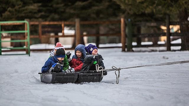 FRÍO. Los niños suelen jugar en el frío y se exponen a enfermedades.