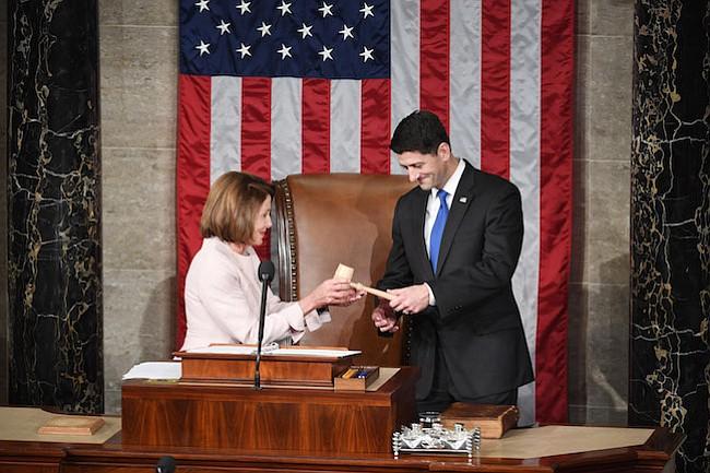 La líder de la minoría de la Cámara de Representantes de los Estados Unidos, Nancy Pelosi, demócrata de California, entrega el martillo al presidente de la Cámara Paul Ryan, R-Wis., En la sala de la Cámara de Representantes en el Capitolio de los Estados Unidos el martes.
