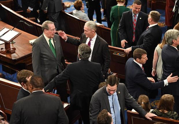 Bob Goodlatte, R-Va., Arriba a la izquierda, da la bienvenida a otros representantes en la sala de la Cámara de Representantes en el Capitolio de los Estados Unidos el martes.
