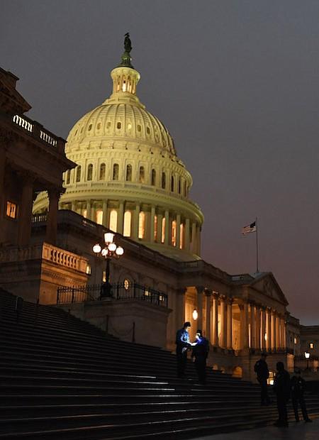 El personal de policía se reúne en la escalera del Capitolio de los Estados Unidos el martes, el primer día del 115 Congreso.