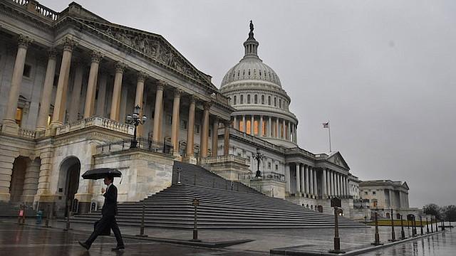 Un día sombrío en Washington marcó el martes, el primer día del 115º Congreso, mientras que peatones pasan por delante del Capitolio.