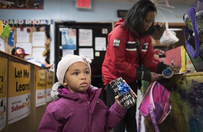Monique Burton y su hija, Jalayna Elam, en el Centro de Niños de Greenbelt [Md.].