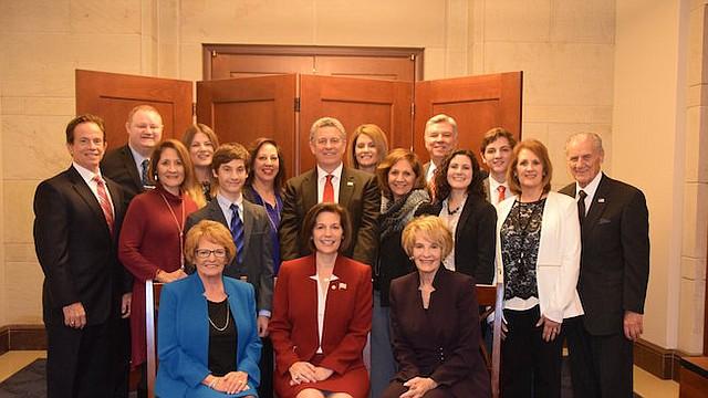 Senadora Catherine Cortez Masto posa para una foto con su familia después de convertirse en la primera Senadora latina de los Estados Unidos el martes, 3 de enero