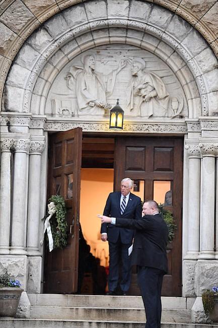 Rep. Steny Hoyer, D-Md., se va de la Iglesia Católica de San Pedro en Capitol Hill después de un servicio el martes, el primer día del 115 Congreso, en Washington.