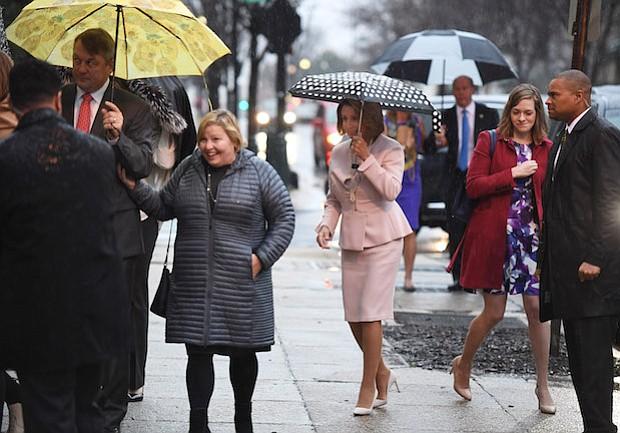 La líder de la minoría de la Cámara de Representantes, Nancy Pelosi, demócrata de California, llega a St. Peter's en Capitol Hill para un servicio el martes, el primer día del 115 Congreso.