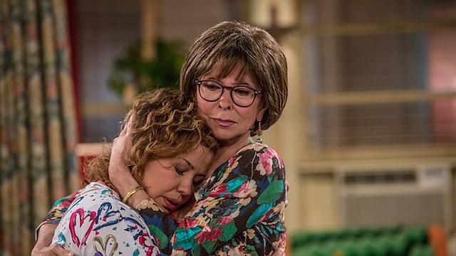 """Justina Machado como Penélope y Rita Moreno como Lydia en la reimaginación de Netflix de la comedia clásica de Norman Lear """"One Day at a Time""""."""