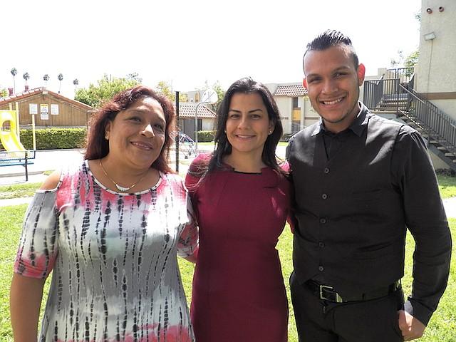 Rep. Nanette Barragán y la familia inmigrante que ayudó a escapar de la violencia en Guatemala.