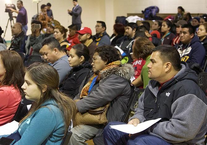 Organización proporciona volantes para que inmigrantes sepan qué hacer en caso de una redada