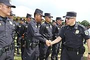 El comisionado de la Policía Nacional, Howard Cotto, junto a oficiales de la PNC en el inicio del plan Navidad Segura.