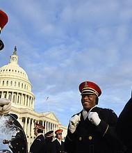 """Sargento de primera clase David Kirven, izquierda, sargento Maestro Mario Ramsey, el centro, y el sargento del Estado Mayor. Zach Bridges, a la derecha, de la banda del Ejército de Estados Unidos """"Pershing's Own"""" durante un breve descanso el domingo en el Capitolio mientras ensayaba para la inauguración de Donald Trump."""