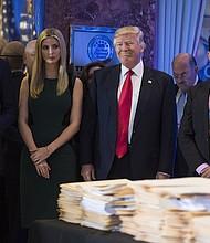 El presidente electo Donald Trump con sus hijos, Eric Trump, a la izquierda, Ivanka Trump y Donald Trump Jr., a la derecha, en una conferencia de prensa el 11 de enero en la Torre Trump de Nueva York.