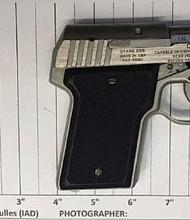 Oficiales de TSA evitaron que un hombre pasara esta pistola cargada en un avión el domingo en el aeropuerto de Dulles.