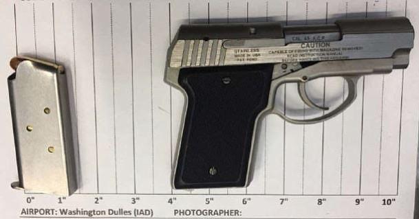 Un hombre fue capturado con un arma en el aeropuerto Dulles