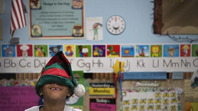 Los gastos de cuidado de niños y educación han crecido considerablemente en los últimos años, según un nuevo informe del gobierno. Aquí, 6 años de edad, Josiah Elam espera a su madre para recogerlo de la guardería en Greenbelt, Md.