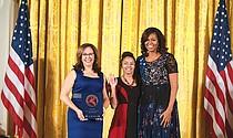 Vanessa Calderón-Rosado y Noemí Negron junto a Michelle Obama