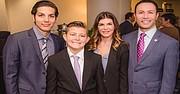 El abogado Rafael Castellanos, acompañado por su familia durante la confirmación de su reelección como miembro del Puerto de San Diego. Foto-Cortesía.