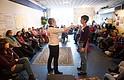 Lauren Taylor, a la izquierda, trabaja con Mary Duke Smith para mostrar un escenario durante un entrenamiento de intervención de espectadores en Takoma Park, Maryland. El taller está diseñado para enseñar habilidades de evaluación y respuesta a situaciones que involucran violencia verbal y física de segunda mano.