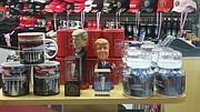Tazas y otros souvenirs que retratan la cara del presidente electo Donald Trump.