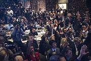 Miembros de los medios de comunicación levantan sus manos para tratar de hacer preguntas durante la primera conferencia de prensa del presidente electo Donald Trump.
