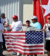 Cubanos celebrando en calle 8 de Miami toma de posesión de Donald Trump