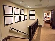 Monturas vacías que antes contenían fotos del Presidente Obama se veían en las paredes del Ala Oeste de la Casa Blanca. La Oficina Oval puede ser vista al final del pasillo.