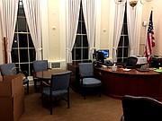 Cajas de mudanza se observan en la esquina la oficina del ex Secretario de Prensa de la Casa Blanca.