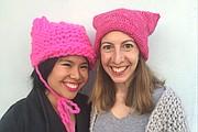 Krista Suh, 29, a la izquierda, y Jayna Zweiman, 38, reclutaron tejedores en todo el país para ayudar a hacer sombreros para la próxima Marcha de las Mujeres en Washington.