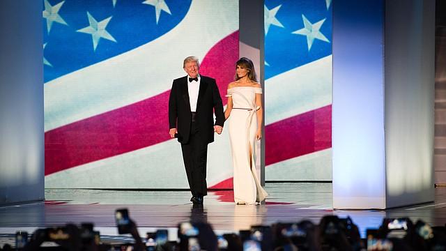La primera dama Melania Trump llegó a The Freedom Ball con un vestido del diseñador francés Hervé Pierre.