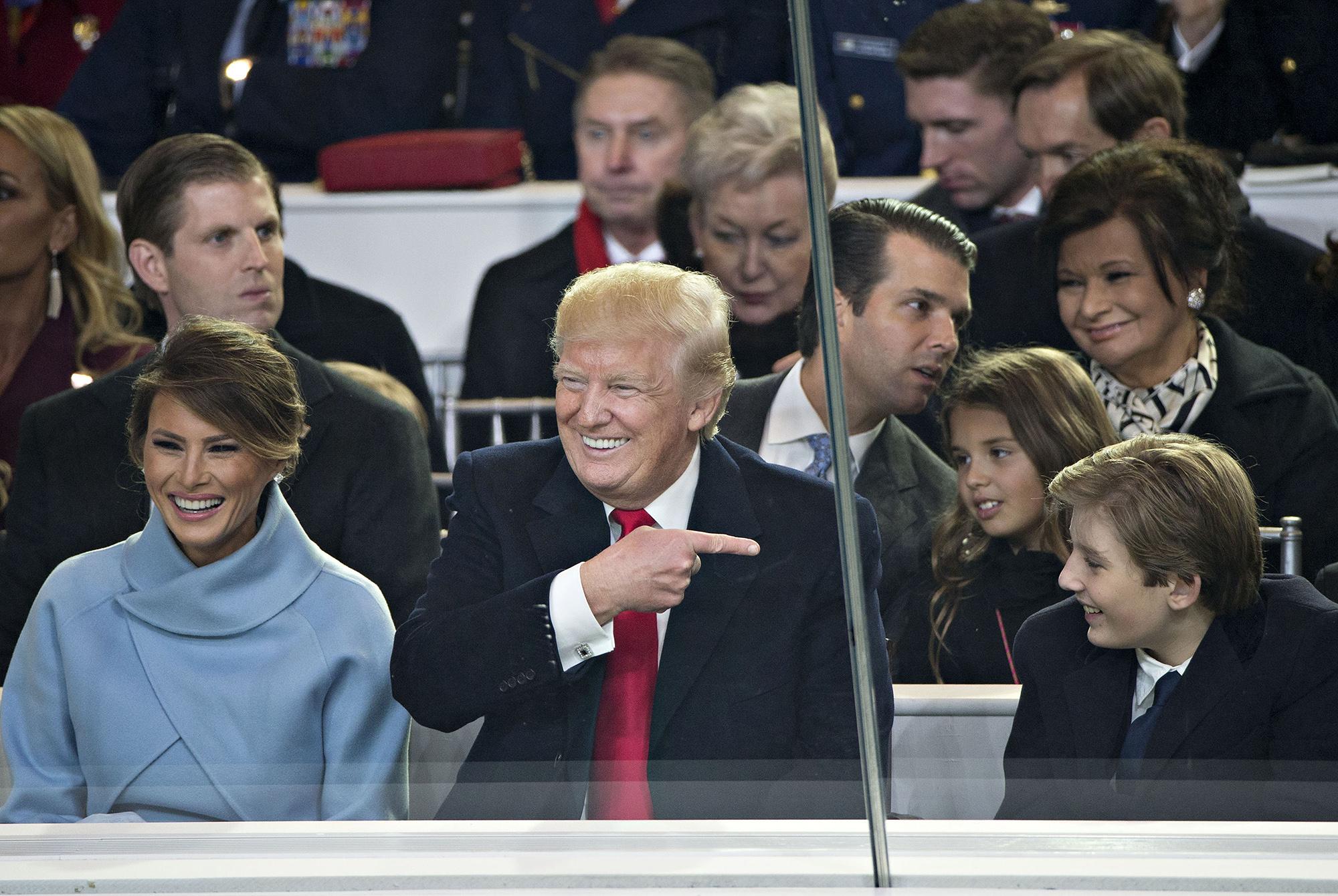 El Presidente Donald Trump, la Primera Dama Melania Trump, junto a su hijo Barron Trump, durante el 58° desfile de Inauguración Presidencial.