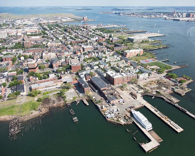 East Boston es un vecindario rodeado de agua: Chelsea Creek, Mystic River y Boston Harbor. Fue creado usando vertederos para conectar islas, y está cerca del nivel del mar. Esto lo lo hace propenso a las inundaciones.