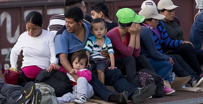 """Trump ordena construir el muro """"de inmediato"""" y aumentar las deportaciones"""
