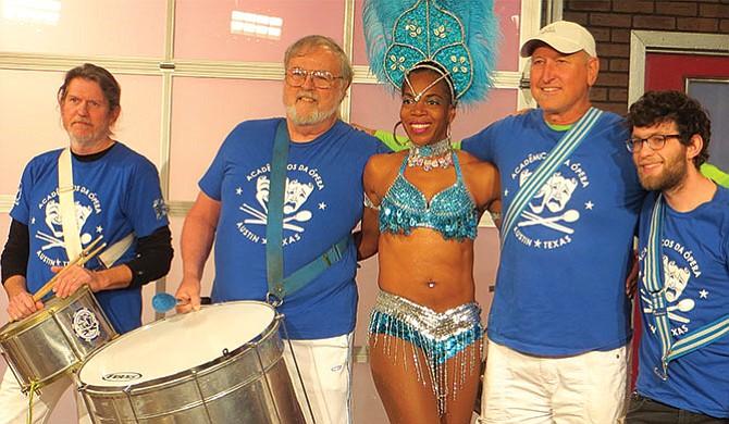 Música y disfraces  al estilo brasileño