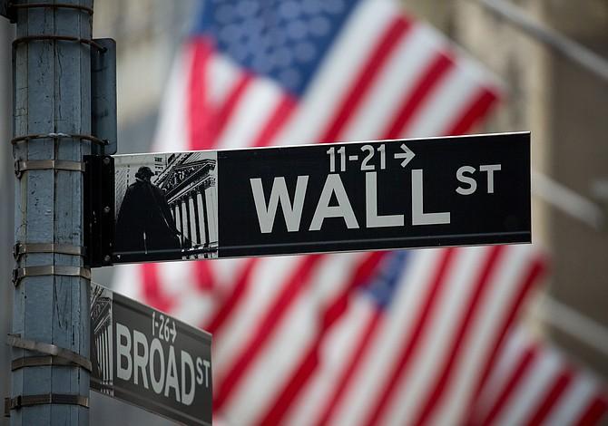 Trump firma una orden ejecutiva para reconsiderar las regulaciones de Wall Street