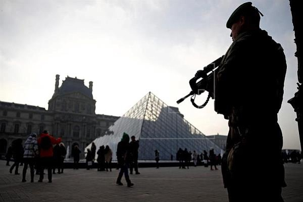 Hombre atacó con machete a grupo de militares en el Louvre