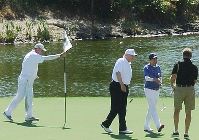 Trump y Abe se relajaron jugando golf en Miami