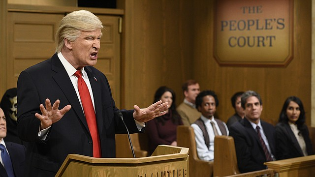"""Alec Baldwin haciendo el papel del Presidente Donald Trump en """"Saturday Night Live""""."""