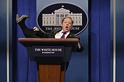 """Melissa McCarthy actuando como el Secretario de Prensa Sean Spicer en """"Saturday Night Live""""."""